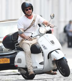 Liev Schreiber zoomed through NYC aboard a Vespa scooter Aug. Liev Schreiber, Pocket Bike, Vespa Scooters, Bikers, Bicycles, Men's Style, Volkswagen, Greece, Automobile