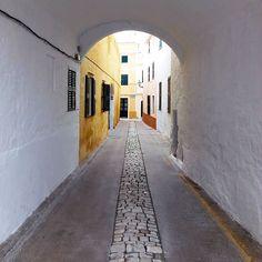 363/366 - Entre carrerons intentaven fugir del món. #ciutadella #menorca #urbanexploration #travel #mobilephotography #project365