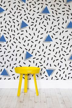 Dare to take on the punchy prints of the Memphis movement? These funky blue triangles are dotted amongst a sprinkling of dashes. Pair with a brightly coloured statement piece to complete the look! Memphis Design, Conception Memphis, Interior Design Living Room, Interior Decorating, 80s Interior Design, 90s Design, Logos Retro, Memphis Pattern, Design Movements