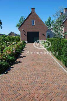 Voorbeeldtuinen / Impressies - VSB Sierbestrating Driveway Entrance, Spanish House, Breezeway, Country Living, Garden Inspiration, Townhouse, Greenery, Sidewalk, New Homes