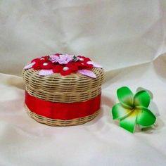 Keranjang rotan hias   Dibuat dari anyaman buluh rotan asli Kalimantan yang dianyam secara manual.   Berhiaskan bunga artifisial dan berlapis kain pada bagian dalamnya.    Ukuran: Diameter 14cm, Tinggi 7cm   Harga: Rp. 40.000,-   Untuk pemesanan silakan hubungi WA 085246800703   #rotan #keranjang #bunga #lapiskain #rattan #basketry #basket #florist #flower #flowers #weaving #weavingart #linen Rattan Basket, Picnic, How To Make, Home Decor, Decoration Home, Room Decor, Picnics, Interior Design, Home Interiors