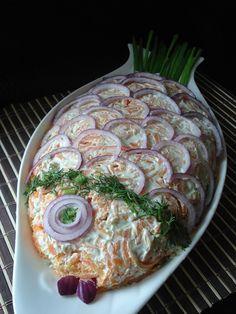 """Salata """"pește"""", cu pește și legume de culoare roșie"""