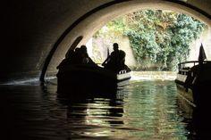 Laat je meevoeren onder de togen, terug in de tijd... #Denbosch #Binnendieze #Rondvaart #Historie