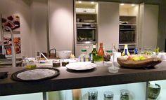 Keuken met aangebrachte LED verlichting aan de bovenzijde van de open schappen