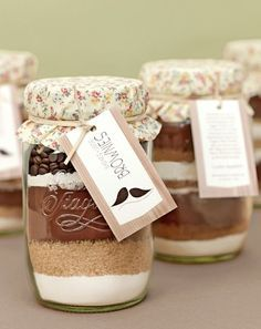 Recipe DIY baking mix brownies in glass- Rezept DIY Backmischung Brownies im Glas Brownies in the glass – Also a guest gift idea. If mom does not want to cook jam for months ; Jar Gifts, Food Gifts, Brownies In A Jar, Baking Brownies, Homemade Brownies, Guest Gifts, Diy Presents, Diy Food, Food Food