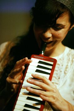 Lisa Hannigan with her beautiful red melodica There Goes My Hero, Women In Music, Instrumental, Sirens, Musicians, Lisa, Spirit, Singer, Inspire