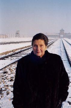 Simone Veil, le retour à Auschwitz, raconté par Alain Genestar Black Men Tattoos, Simone Veil, Paris Match, Past Present Future, War Photography, Great Expectations, First Ladies, Women In History, Famous Women