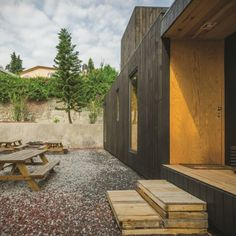 the-black-cabin-by-revolution-architects-07