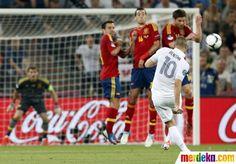 Tendangan bebas Karim Benzema pada menit ke-26 masih melambung di atas mistar Iker Casillas.