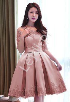 79e934b130 Sukienka wieczorowa w pięknym kolorzebrudnego rózu. Sukienka zdobiona  koronka gipiurową. Ramiona typu Carmen.