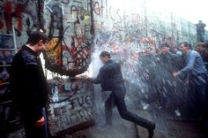 O DERRUBE DO MURO DE BERLIM EM 1989.