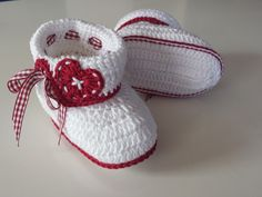 Häkelanleitung Baby-Trachtenschühchen / E-Book PDF Crochet Baby Shoes, Crochet Baby Booties, Crochet Slippers, Baby Knitting Patterns, Baby Patterns, Crochet Patterns, Crochet Booties Pattern, Häkelanleitung Baby, Diy Crafts Crochet