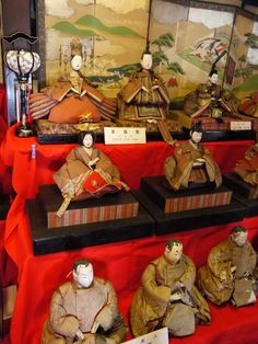 This doll of 300 years ago.  We have the Doll Festival on March 3.  Most families with girls display dolls called Hina-ningyo.  People began displaying dolls in the Edo period.  The dolls depict the imperial court.