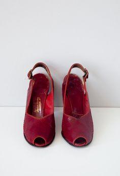 vintage 1940s heels / vintage 1940s shoes / vintage red reptile leather shoes / vintage heels
