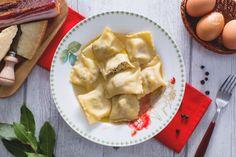 I ravioli con brodo di cappone sono un primo piatto immancabile sulla tavole di Natale o Capodanno