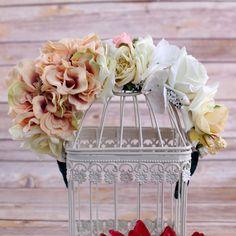 DESCRIERE Coroniță din flori – hârtie, textil Asamblare manuală pe cordeluță de plastic Mărime universală Culori:alb, crem Flori:diverse  *Acest produs este unicat, pot interveni diferente de asamblaj, culoare, flori, insa modelul va fi luat ca si referinta. Pentru personalizari mai ample, va asteptam cu e-mail pe: comanda@floronite.ro