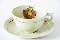 Taza de te antigua finlandesa (Arabia), intervenida (I). Old finnish (Arabia) tea cup, intervened (I).