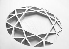 Cette série de formes géométriques en papiers découpés est signée de l'artiste espagnole aux multiples talents Elena Mir.