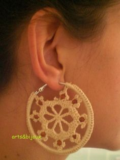 Pendiente en aro a crochet color beige y diseño de estrella con perlitas