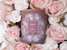 Po prostu i aż róża. Nasza jest świeżo ścięta i dopiero co wsadzona do wazonu. Klasyczna, romantyczna i słodka jak zapach miłosnych wyznań. Podobno nie ma róży bez kolców, a jednak jest :)  Nuta głowy: przyprawy orientalne, goździk Nuta serca: róża Nuta bazy: drewno sandałowe, białe piżmo