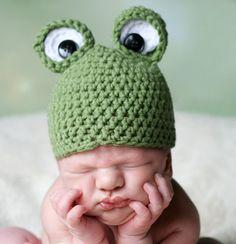 Cute as a Button: Frog Newborn Hat, Free Crochet Pattern -i like the way the eyes are crochet***** Crochet Baby Booties, Crochet Beanie, Crochet Hats, Crochet For Kids, Free Crochet, Knit Crochet, Crochet Frog, Bandanas, Newborn Crochet Patterns