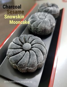 Hubby wanted to have some sesame lotus mooncakes so I decided to make a batch of Charcoal Sesame Snowskin Mooncakes. Mooncake Recipe, Glutinous Rice Flour, Asian Recipes, Ethnic Recipes, Big Bowl, Moon Cake, Asian Cooking, Food Grade, Sweet Tooth