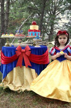 Nos hemos enamorado de ésta Decoración para Fiestas Infantiles. Blancanieves apuesta por los Manteles y Mantelerias para vestir sus Fiestas de Cumpleaños. :-P Don Mantel Manteles Antimanchas Online viste tus mesas.   Princesses & Tiaras ~ Snow White Birthday | Party Ideas By Seshalyn