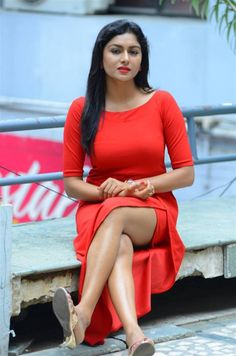 Indian Girl Sai Akshatha Hot Long Cross Legs Thighs Show