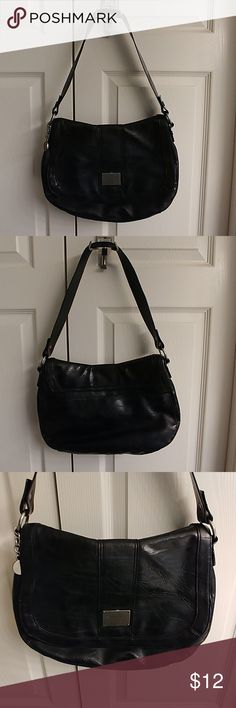 Vera Wang Shoulder Purse Great Used Condition. Beautiful Black Vera Wang Shoulder Purse. Has slight signs of wear on inside and back pocket of purse from normal use. Still has lots of life left in this beautiful purse.👜 Simple Vera Vera Wang Bags Shoulder Bags