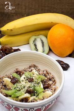 """Mic dejun cu hrisca si fructe este un mic dejun simplu, delicios si sanatos, un mic dejun ce nu presupune """"foc"""". Mic dejun cu hrisca si fructe iti ofera energie Raw Vegan, Dessert, Acai Bowl, Meals, Gem, Breakfast, How To Make, Food, Recipes"""