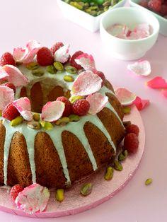 Bundt cake con pétalos de rosa, pistachos y frambuesas