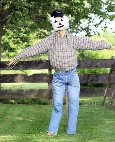 Unique funny and creative diy scarecrow ideas for your garden, outdoor front yard easy to make Scarecrow Mask, Make A Scarecrow, Scarecrow Ideas, Save The Day, Diy Mask, Old Women, Spiderman, Fall, Autumn