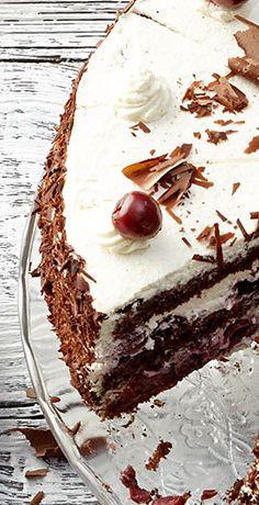 Sie ist die Grand Dame der Torten und bei jeder Kaffeerunde gern gesehen: die Schwarzwälder Kirschtorte! Mit dem übersichtlichen REWE Rezept gelingt die Torte » https://www.rewe.de/rezepte/schwarzwaelder-kirschtorte/
