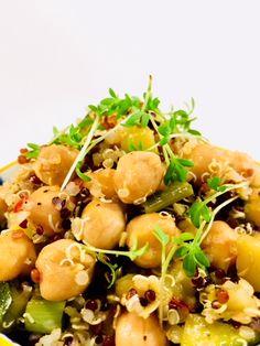 Quinoa-Kichererbsensalat mit Avocado |  BAKEAHOLIC | In diesem Beitrag möchte ich euch mal wieder zur Abwechslung ein leckeres und gesundes Gericht vorstellen. Zwar könnte ich gut und gerne jeden Tag Kuchen essen, würde dann aber aus allen Nähten platzen :). Daher ist es nicht verkehrt, auch mal zu gesünderen Lebensmitteln zu greifen oder?   Überzeugt auch ihr euch von diesem leckeren Salat mit Quinoa, Zucchini, Kichererbsen und Avocado. Ich verspreche euch, ihr werdet nicht enttäuscht sein!