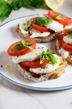 Caprese Bruschetta So here's the thing with Caprese. It works in any way, shape or form. Whether you use this classic flavour combination to flavour a icious Mac & Cheese or use it to roast tomatoes, it just works. I guess that's why it's a classic, hey? I Love Food, Good Food, Yummy Food, Appetizer Recipes, Dinner Recipes, Appetizers, Catering Buffet, Vegetarian Recipes, Cooking Recipes