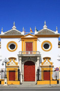 La Maestranza Paza Toros Sevilla Travel Guide The bird in space travel guide Best Places To Eat, Cool Places To Visit, Amazing Places, States And Capitals, Luxury Services, Ville France, Seville Spain, European Tour, Architecture