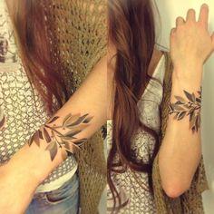 http://tattoomagz.com/sasha-unisex-tattoos/sasha-unisex-tattoo-grey-minimal-leaves-bracelet/