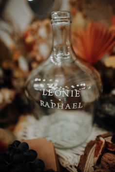 #hochzeitsdeko #vase #glas #personalisiert Wine Decanter, Chic Wedding, Crate, Wine Carafe