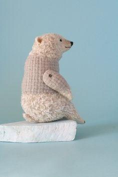 Polar Bear by Yoo Moo - Japanese felting artist Softies, Plushies, Needle Felted Animals, Felt Animals, Needle Felting, Doll Toys, Pet Toys, Soft Sculpture, Felt Art
