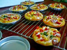 Untuk Suasana Lebaran Coba aja 5 Resep Jajanan Modern Enak Dan Unik  Sahabat muslim di seluruh nusantara khususnya ibu ibu silahkan simak baik-baik 5 Resep Jajanan Modern Enak Dan Unik berikut ini. Sediakan semua alat dan bahan yang dibutuhkan.  Anda dapat memilih Jajanan mana yang ingin anda coba terlebih dahulu.  Berikut adalah resep lengkapnya.  Pertama Resep Pizza Mini  Resep Pizza Mini  Bahan dan Bumbu Pizza Mini :  800 gram Terigu Cakra Kembar  200 gram Terigu Segitiga Biru  20 gram…