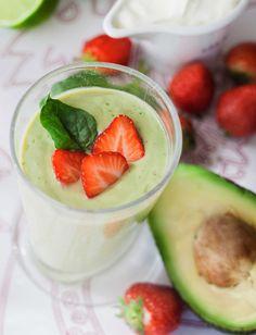 Avokado-mansikkasmoothie käy niin aamu- kuin välipalaksi. Rasvaton maitorahka on erinomainen proteiininlähde. Pane ainekset tehosekoittimeen j…