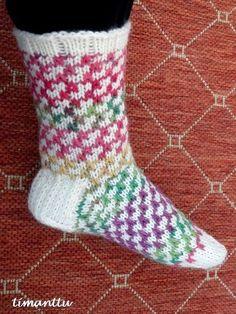 Tällaisista sukista näin muutama päivä sitten kuvan Facebookissa, ja ihan PAKKO oli saman tien ottaa puikoille. Ei siis onnistunut ... Knitting Socks, Knit Socks, Mittens, Cute, Pattern, Color, Tejidos, Knitting Patterns, Breien