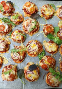 Søtpotet minipizza – på skiver av søtpotet! Mini Pizza, Bruschetta, Lchf, Vegetable Pizza, Nom Nom, Nachos, Brunch, Food And Drink, Healthy Recipes