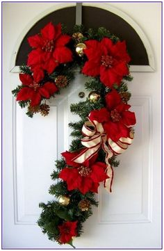 20 Astonishing Christmas Wreath Ideas To Welcome Your Guest Outdoor Christmas Decorations, Diy Christmas Ornaments, Christmas Balls, Christmas Projects, Christmas Wreaths, Holiday Decor, Christmas Ideas, Christmas Front Doors, Christmas Signs Wood