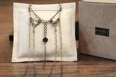 Collier en laiton et tissu noir par Mille au Cent Un. Vue avec packaging