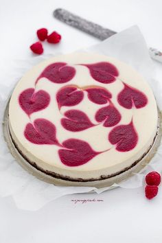 Cheesecake with raspberry sauce Sweet Desserts, No Bake Desserts, Just Desserts, Sweet Recipes, Dessert Recipes, Cheesecakes, Food Cakes, Cupcake Cakes, Valentines Baking