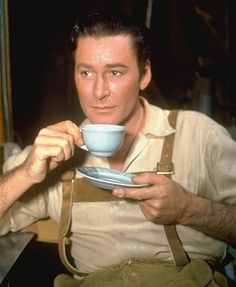 Errol Flynn, so handsome! (enjoy your coffee) - break time set of the film Escape Me Never. Vintage Hollywood, Classic Hollywood, People Drinking Coffee, Drinking Tea, Captain Blood, Errol Flynn, Olivia De Havilland, Marilyn Monroe Photos, Handsome Actors