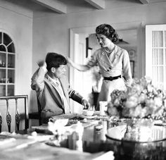 Jackie Bouvier helps her fiancé, Senator John Kennedy with his hair, prior to an appearance before the press on the day that they announced their engagement, Hyannis Port MA, June Les Kennedy, Robert Kennedy, Jaqueline Kennedy, Jacqueline Kennedy Onassis, Jack Johns, Familia Kennedy, Dallas, John Junior, John Fitzgerald