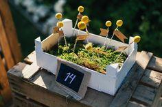 Protocolo de mesas con cajitas con musgo, craspedias y cartel con arpillera y pizarra #bodascdb Fotografía: Retrato de un Instante