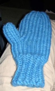 round loom and long loom : I discovered that mittens can be made on a Knifty Knitter long loom, just as easily as on a round loom. And using a long loom allows for many more sizing options. The only time, I think, you woul… Knitting Loom Socks, Round Loom Knitting, Knitted Mittens Pattern, Loom Knit Hat, Knifty Knitter, Loom Knitting Projects, Loom Knitting Patterns, Finger Knitting, Crochet Mittens